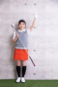 ゴルフウェアの女性の画像